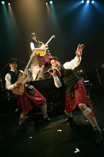 "【NO IDEA】では""Scottish Kilt""を着用"